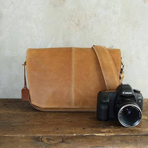 アクリュ カメラショルダーバッグ