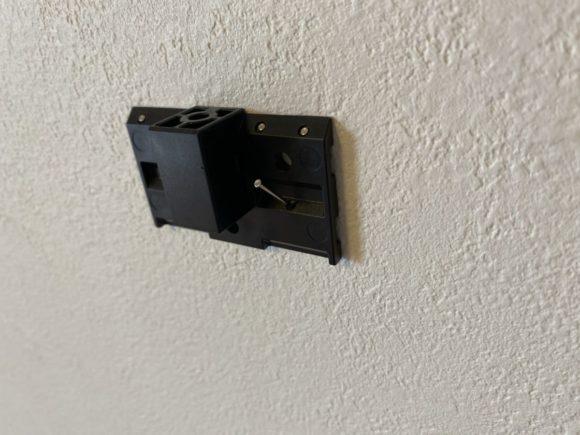 テレビ台「EW-74」の壁設置器具をピンで固定